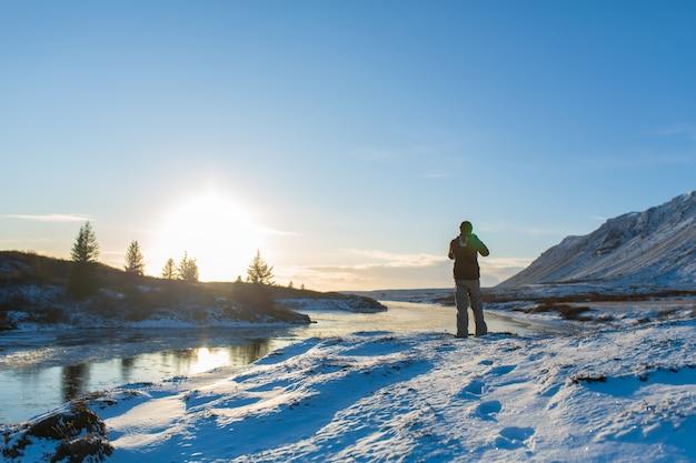 Facet spaceruje po zimowej islandii