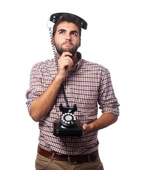 Facet telefon zamyślony człowiek myśli