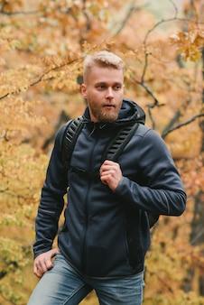 Facet turystyczny spacery w mglistym lesie jesienią