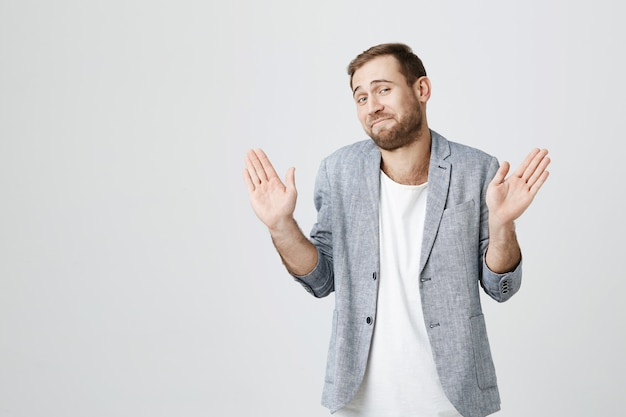 Facet unoszący ręce w geście poddania się, zgadza się z warunkami