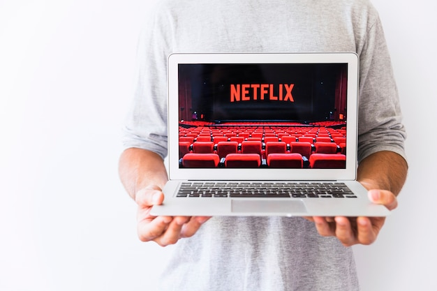 Facet uprawiający laptopa z logo netflix