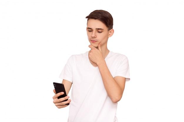 Facet w białej koszulce z telefonem, izolować