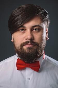 Facet w białej koszuli z czerwoną muszką