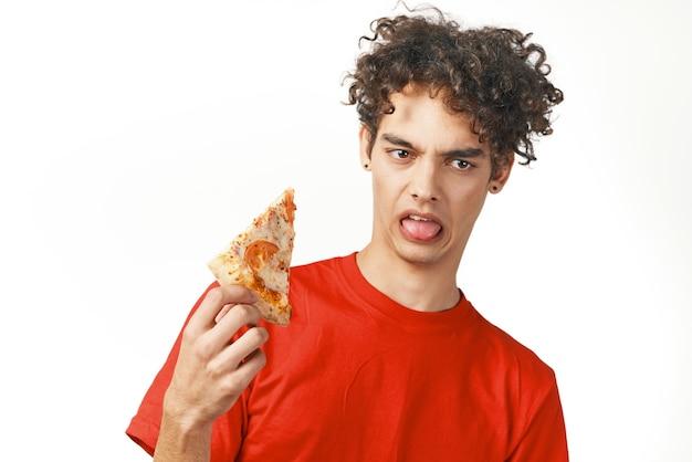 Facet w czerwonej koszulce fast food dieta jedzenie przekąski jasne tło