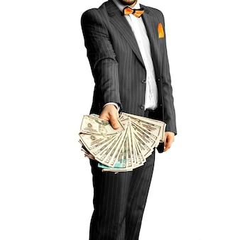 Facet w eleganckim garniturze z kupą pieniędzy w rękach. pomysł na biznes