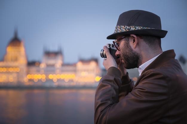 Facet w kapeluszu i robienie zdjęć
