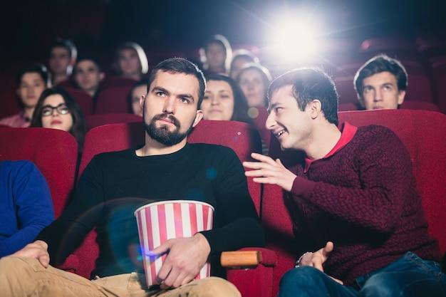 Facet w kinie oglądający film zakłóca rozmowę