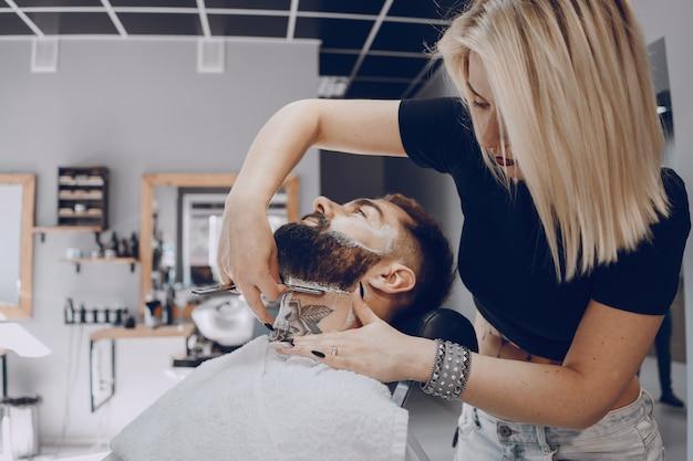 Facet w salonie fryzjerskim