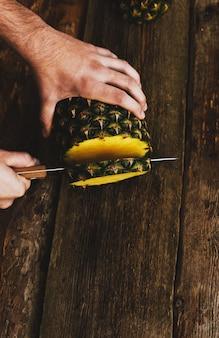 Facet z ananasem