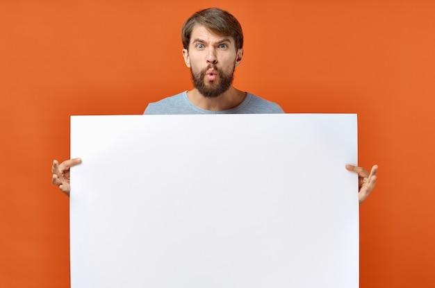 Facet z białej księgi na pomarańczowym tle