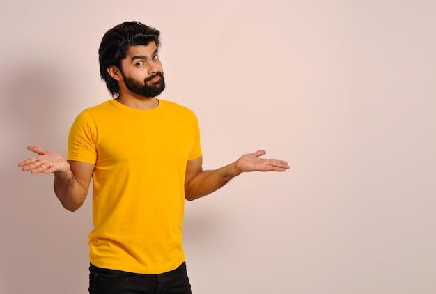 Facet z brodą wzrusza ramionami w niepewnym geście