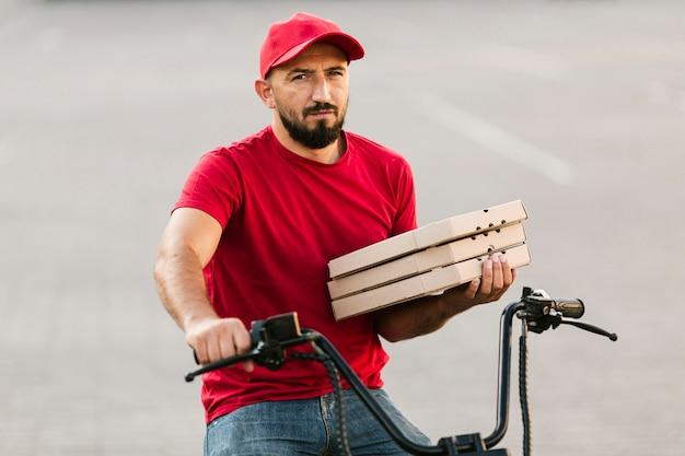 Facet z dostawą średniego strzału z pizzą