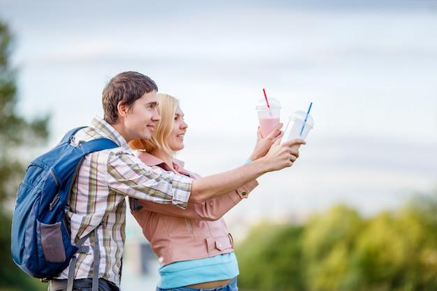 Facet z dziewczyną pokazał rękę w oddali na spacer w parku latem