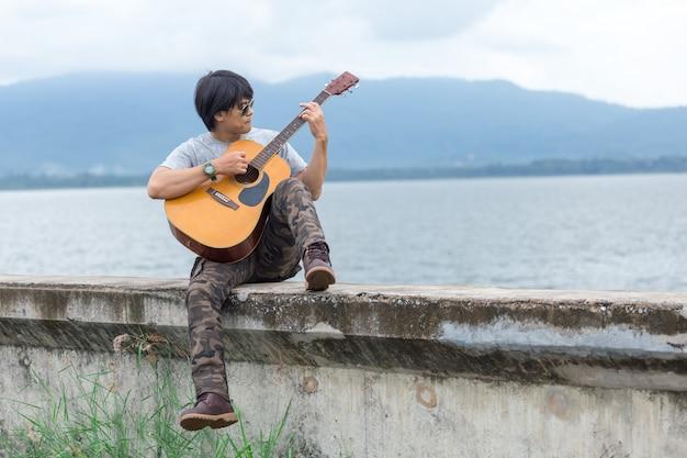 Facet z gitary pozycją na tamie, ładunków spodnia