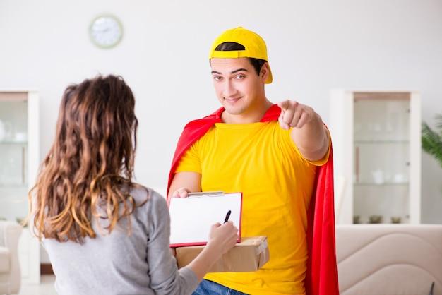 Facet z superbohaterem z pudełkiem