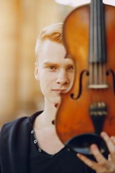 Facet z wiolonczelą
