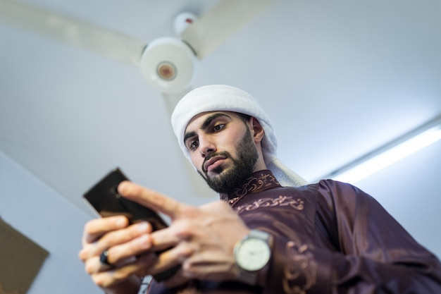 Facet z zatoki ze smartfonem