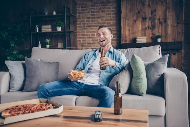 Facet zostań w domu czas kwarantanny oglądaj telewizję jedz pizzę pij piwo