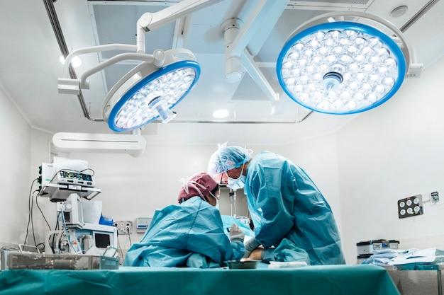 Fachowa drużyna medyczna wykonuje operację przy szpitalem
