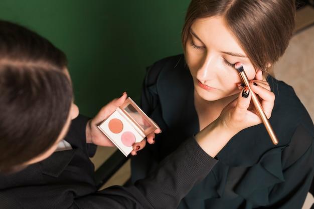 Fachowa kobieta robi dziewczynom oczy