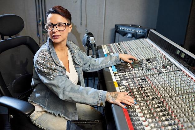 Fachowa kobieta w dźwiękowym studiu
