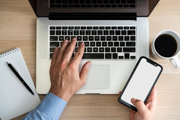 Fachowy mężczyzna pisać na maszynie telefon i trzyma