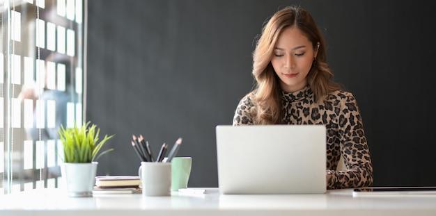Fachowy młody bizneswoman pracuje nad jej projektem