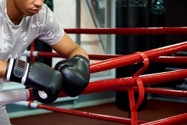 Fachowy młody bokser w ringowym zakończeniu.