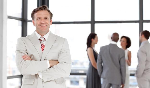 Fachowy ufny męski kierownik prowadzi jego drużyny