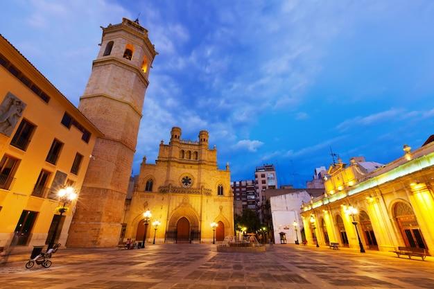 Fadri wieża i katedra w castellon de la plana w nocy