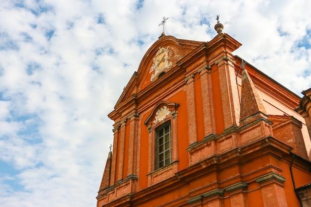 Faenza, włochy - około września 2018 r. piękna architektura kościoła katolickiego (chiesa di san francesco) w faenza.