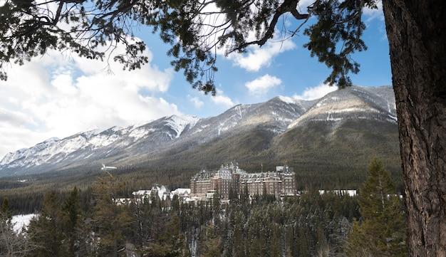Fairmont banff springs hotel zimą, park narodowy banff, alberta, kanada