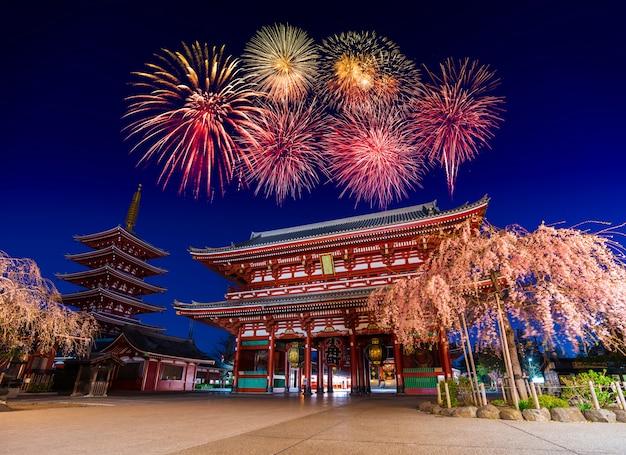 Fajerwerki nad asakusa świątynią przy nocą w tokio, japonia