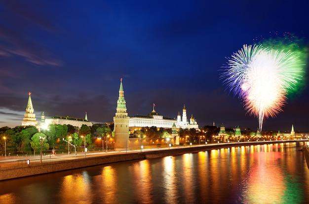 Fajerwerki nad kremlem i rzeką moskwą obchody dnia zwycięstwa w rosji