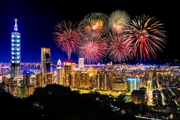 Fajerwerki nad taipei pejzażem miejskim przy nocą, tajwan