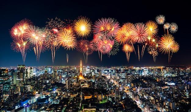 Fajerwerki nad tokio pejzażem miejskim przy nocą, japonia