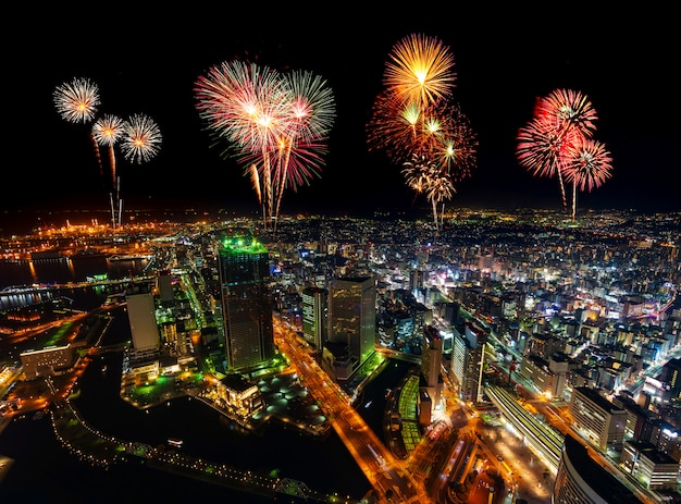 Fajerwerki nad yokohama pejzażem miejskim przy nocą, japonia