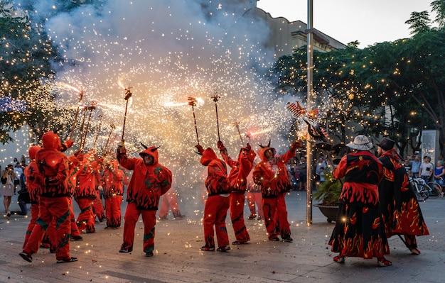 Fajerwerki o nazwie correfocs w katalonii w hiszpanii
