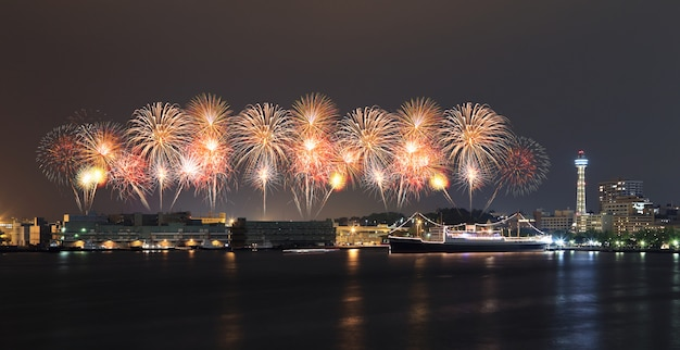 Fajerwerki świętuje nad marina zatoką w yokohama mieście
