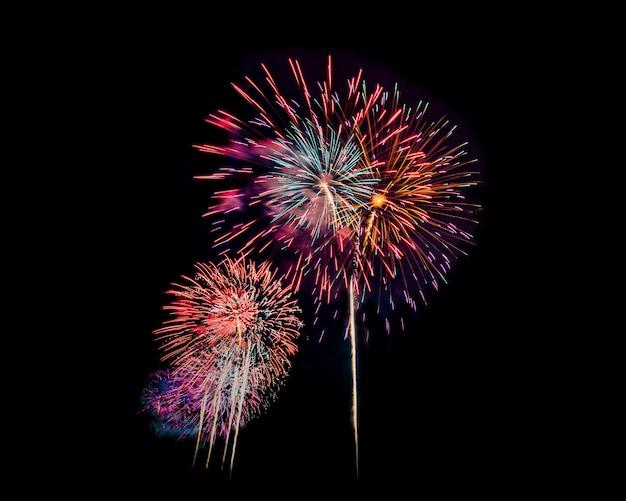 Fajerwerki w nocy na białym tle nad ciemne niebo z okazji sylwestra i specjalne okazje na wakacje