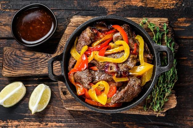 Fajitas mięso wołowe tradycyjne dania kuchni meksykańskiej na patelni.