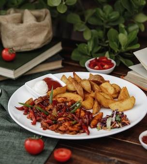 Fajitas z meksykańskim kurczakiem z pieczonymi ziemniakami podawane z sosami i surówką