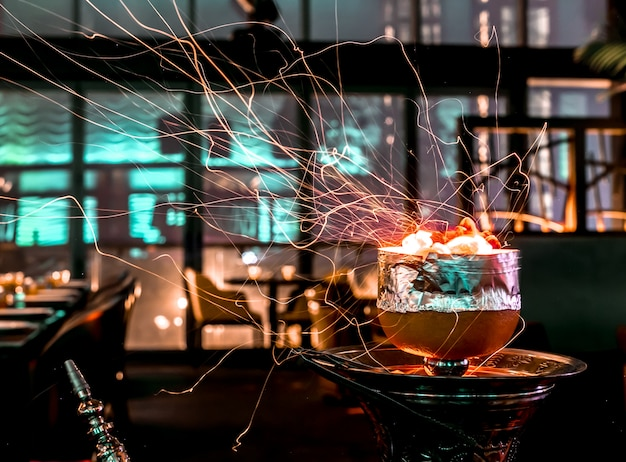 Fajka wodna iskrzy z miseczki fajki grejpfrutowej