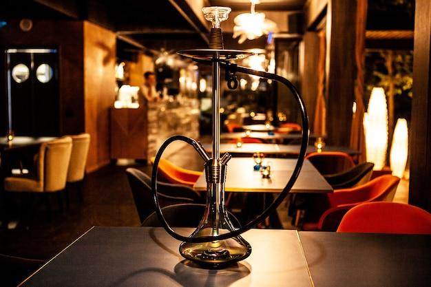 Fajka wodna w barze na stole. nawyk relaksacyjny