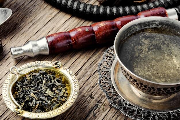 Fajka wodna z aromatyczną herbatą