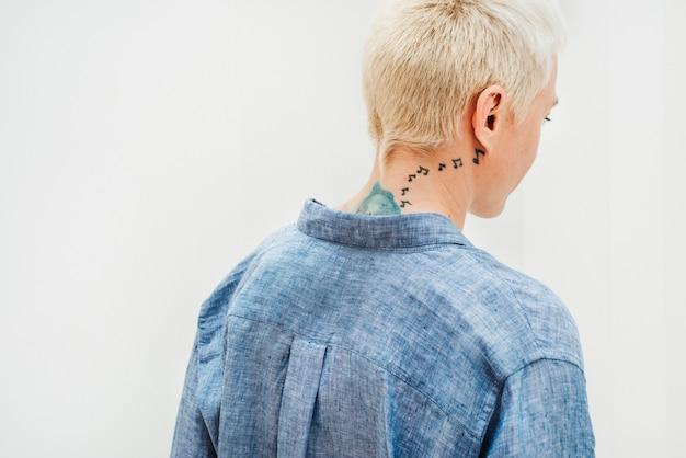 Fajna blondyna kobieta w niebieskiej lnianej koszuli