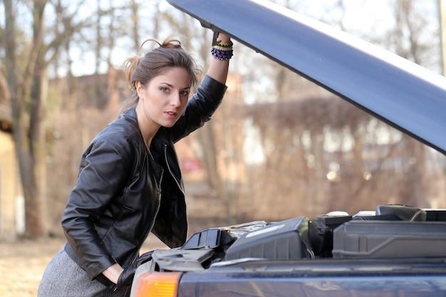 Fajna dziewczyna przy samochodzie