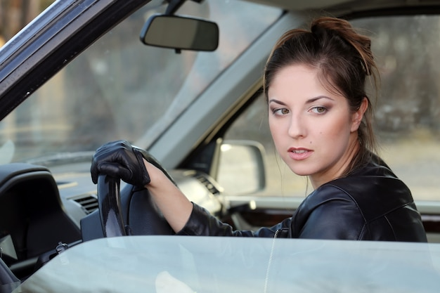 Fajna dziewczyna w samochodzie