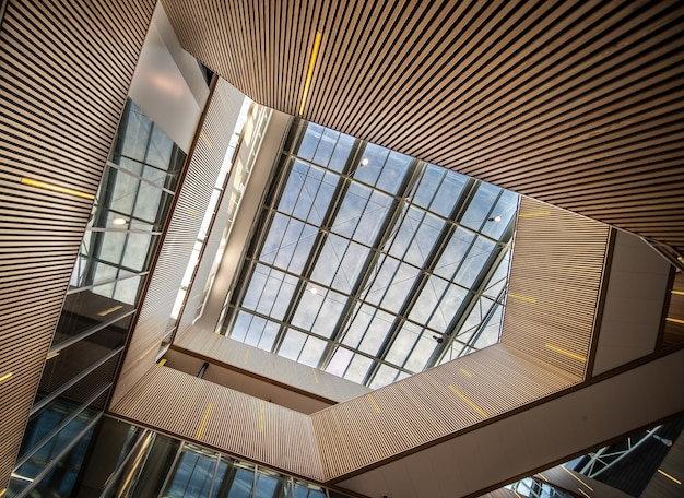 Fajna klatka schodowa ze światłami w nowoczesnym budynku