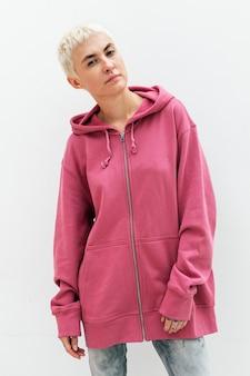 Fajna kobieta w różowej bluzie z kapturem